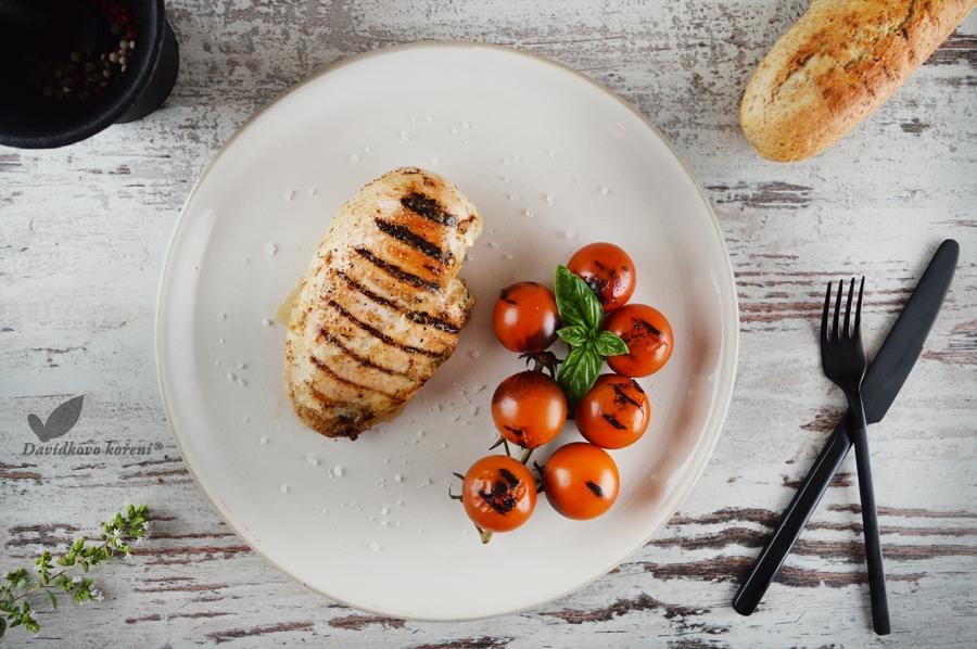 Kuřecí steaky na francouzských bylinkách s grilovanými rajčaty po Italsku